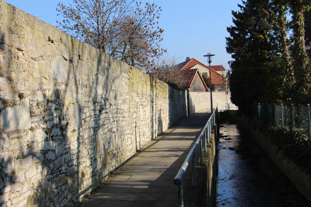 die Klostermauer am Bach