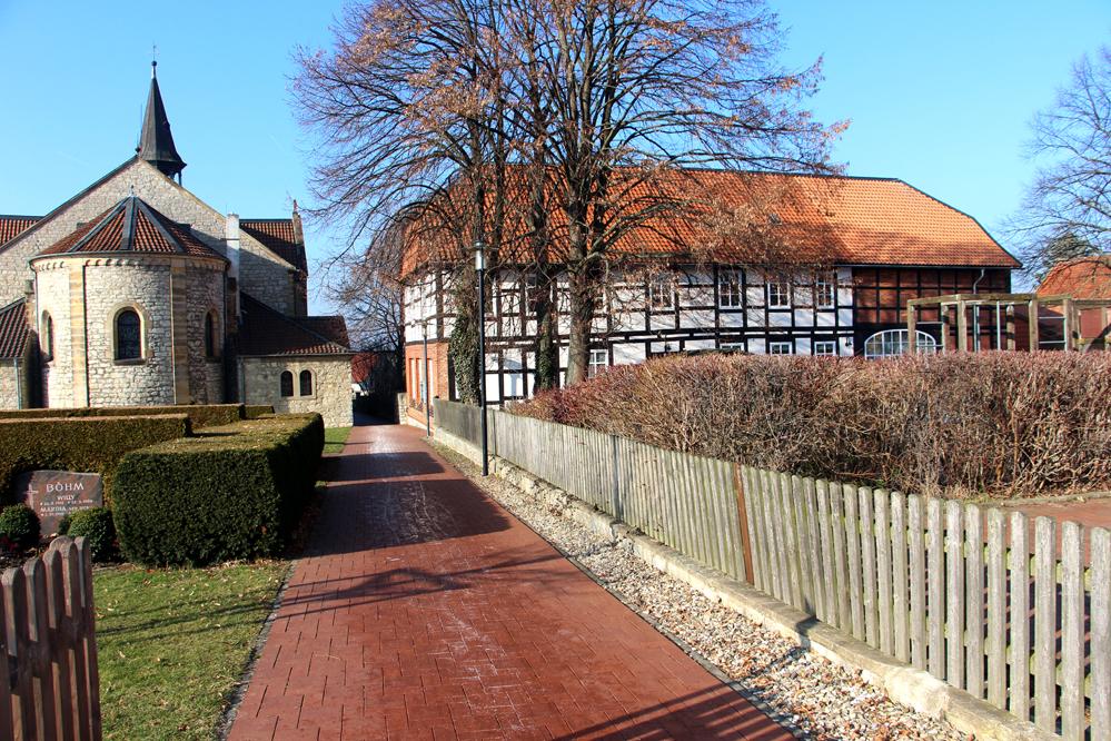 """vom """"Schildweg"""" zur Kirche an der alten Schule und dem Dorfplatz vorbei"""